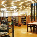 天井からの採光、 丸い本棚、木の机と椅子…。 洒落た図書室、
